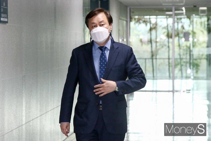 [머니S포토] 비공개 與 3선 의원 회동 참석한 '도종환'