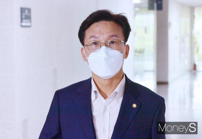 [머니S포토] 민주당 3선 의원모임 참석한 '김민석'