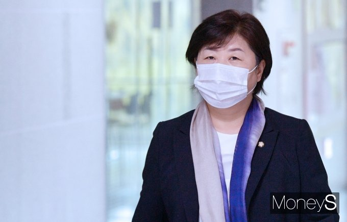 [머니S포토] 3선 의원 회동 들어서는 '서영교'