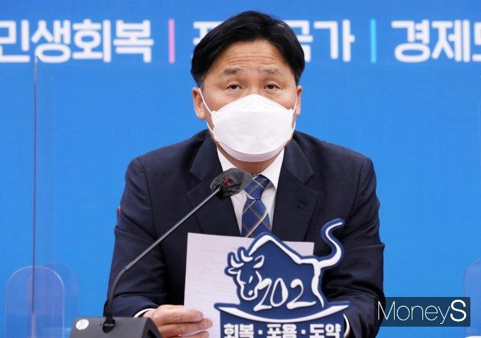 [머니S포토] 민주당 원내대책회의, 발언하는 '김영진'