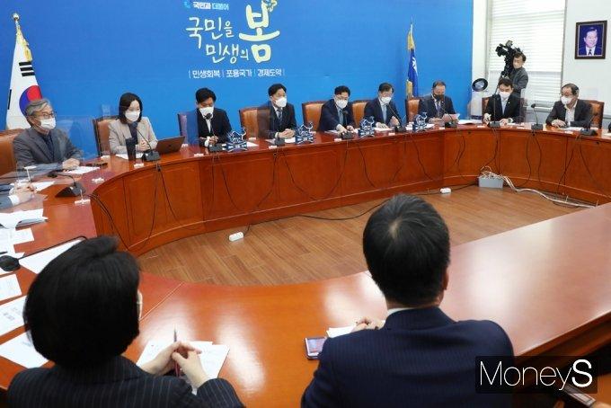 [머니S포토] 민주당 원내대책회의 주재하는 '김영진' 대행