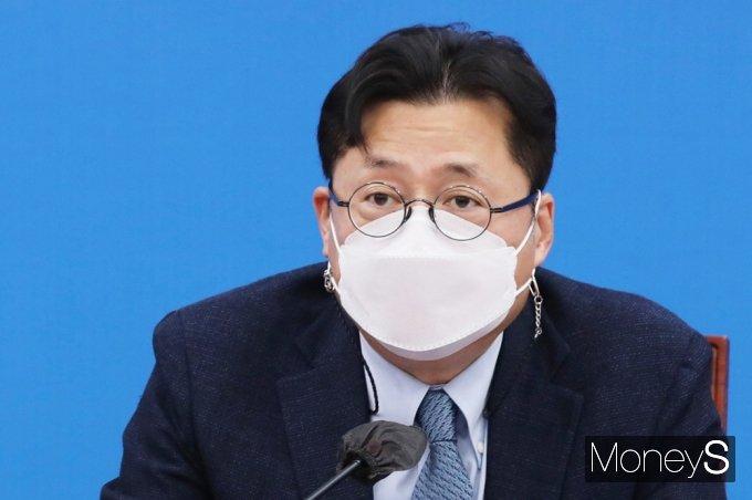 [머니S포토] 민주당 원내대책회의, 발언하는 '홍익표'