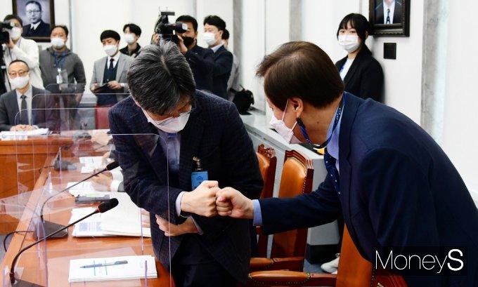 [머니S포토] 코로나19 대응 전문가 간담회, 인사 나누는 '도종환'