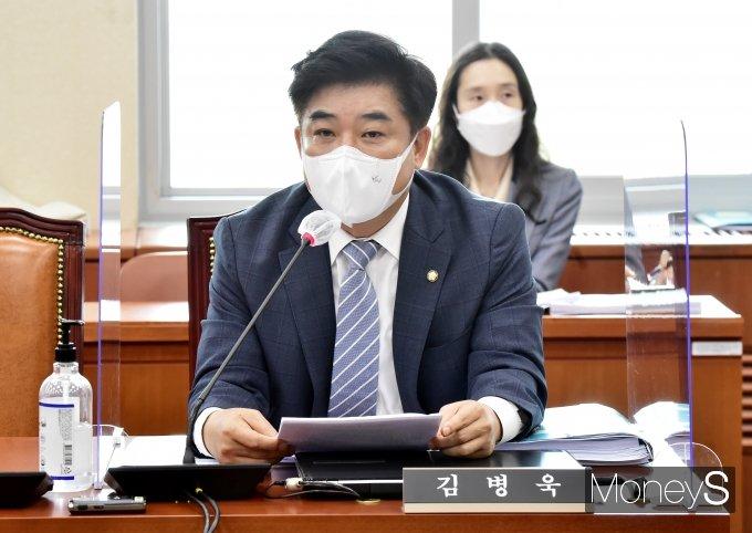 [머니S포토] 정무위 소위, 발언하는 '김병욱'
