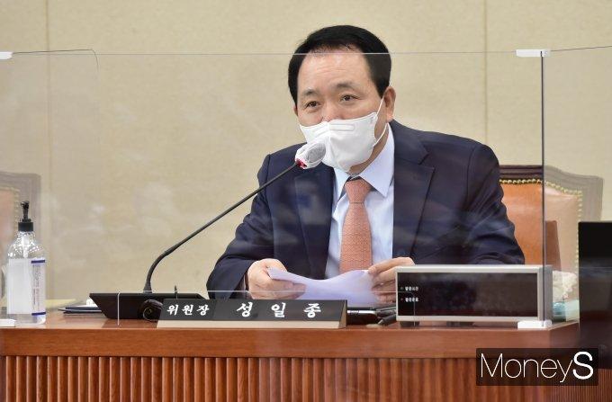 [머니S포토] 국회 정무위 소위 주재하는 '성일종'