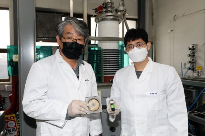 연구진이 탄화붕소 중성자흡수체 시제품을 들고 있다. /사진제공=한국원자력연구원