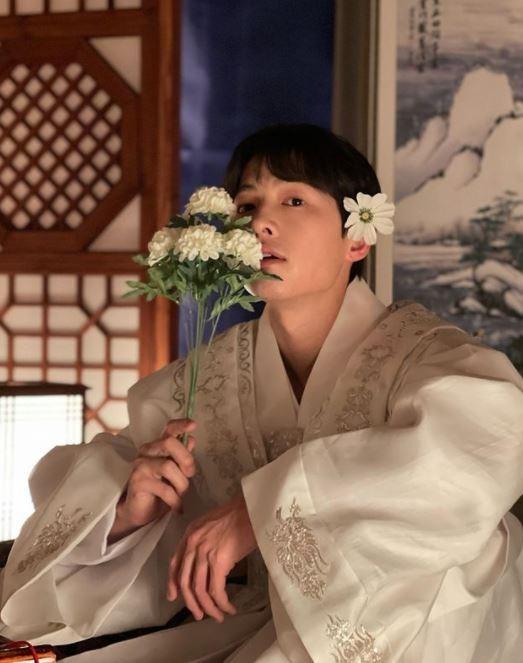 송중기의 꽃미모가 눈길을 끌었다. /사진=송중기 공식 인스타그램