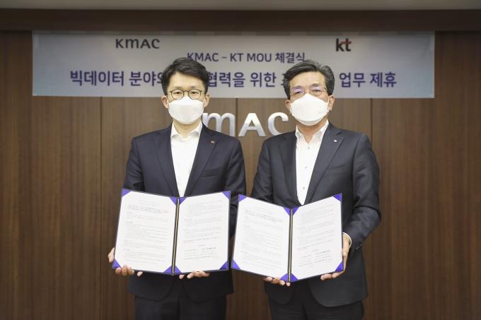 최준기 KT AI/빅데이터사업본부장(왼쪽)과 최돈모 KMAC CSO가 MOU 체결 후 기념사진을 촬영하는 모습. /사진제공=KT
