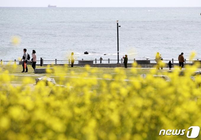 수요일인 14일은 서울의 아침기온이 3도에 머무는 등 꽃샘추위가 기승을 부릴 것으로 보인다. 사진은 지난 10일 울산 울주군 간절곶공원을 찾은 시민들의 모습. /사진=뉴스1