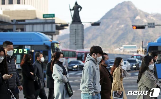 수요일인 14일은 서울의 아침기온이 3도에 머무는 등 꽃샘추위가 기승을 부릴 것으로 보인다. 사진은 쌀쌀한 날씨 속에서 시민들이 출근하는 모습. /사진=뉴스1