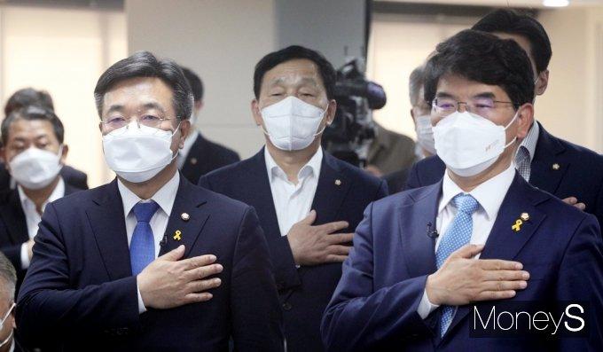 [머니S포토] 국민의례하는 윤호중과 박완주