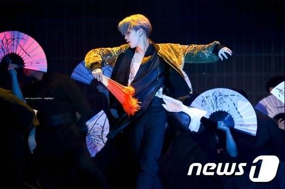 '2018 멜론 뮤직어워드'에서 방탄소년단 지민이 전북 전주 한복업체 '리슬'의 황이슬 대표가 만든 한복을 입고 부채춤을 추고 있다. /사진=트위터(@mighty_jimin)/뉴스1
