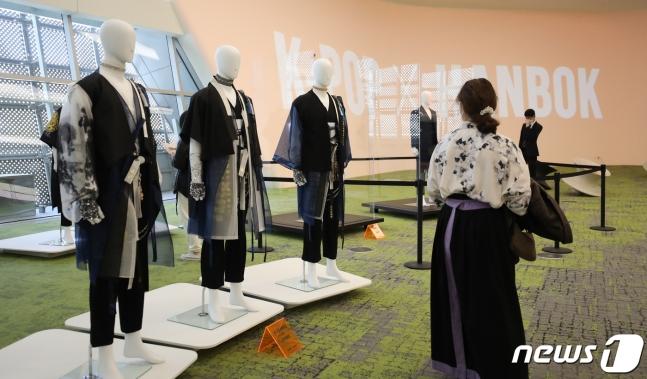 13일 서울 동대문디자인플라자(DDP)에서 열린 '케이팝X한복' 전시회에 관람객들이 한복을 둘러보고 있다. /사진=뉴스1