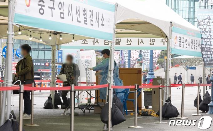 13일 오전 서울 중구 서울역 광장에 마련된 임시 선별진료소를 찾은 시민들이 검체검사 순서를 기다리고 있다. 2021.4.13/뉴스1 © News1 이재명 기자