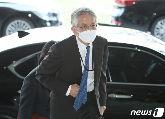 아이보시 고이치 주한 일본대사가 문재인 대통령에게 신임장을 전달한다. /사진=뉴스1