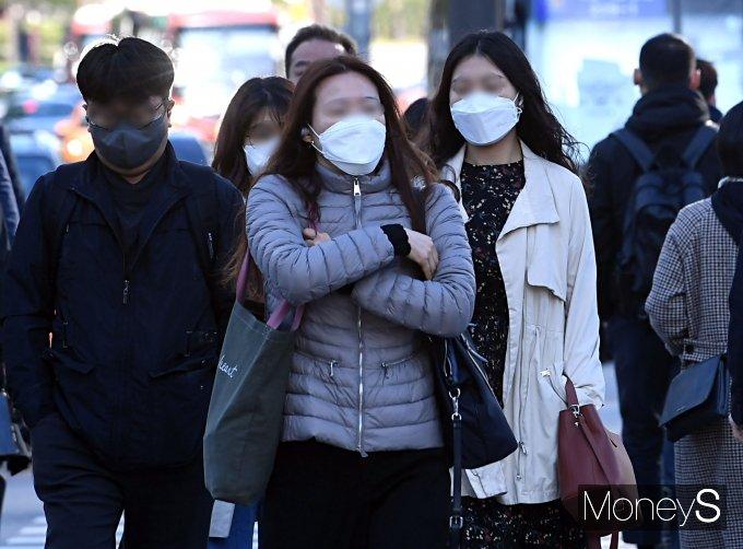 [머니S포토] 쌀쌀한 출근길…'4월에 한파특보'