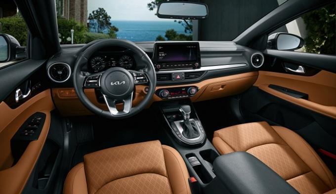 더 뉴 K3의 내장 디자인은 10.25인치 대화면 유보(UVO) 내비게이션과 10.25인치 클러스터를 탑재해 운전자의 시인성을 높였다. /사진제공=기아