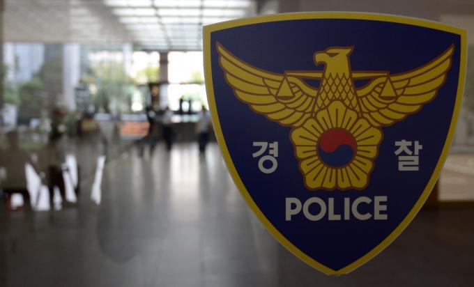 식당에서 난동을 피운 한 중국인 남성이 경찰의 조사를 받았다. /사진=뉴시스