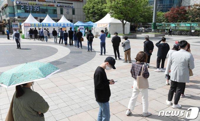 코로나19 신규확진 731명… 97일만에 최다 발생 (상보)