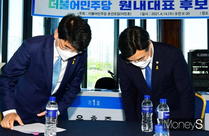 [머니S포토] 윤호중·박완주, 더민초 주최 '원내대표 후보자 초청 토론회' 참석