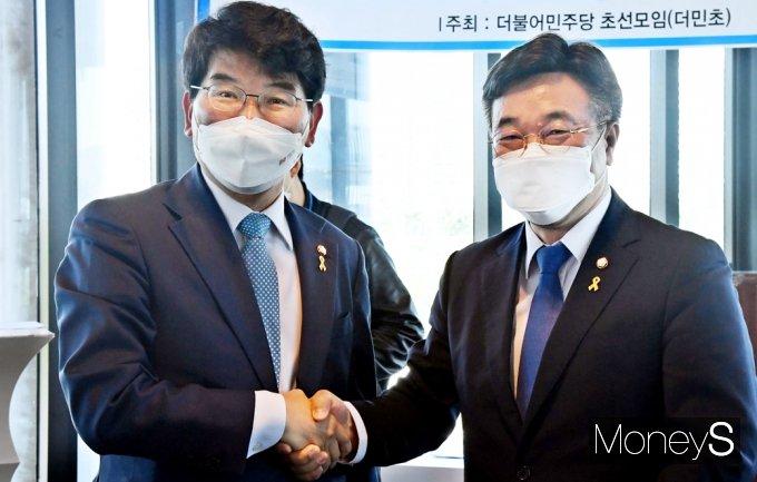 [머니S포토] 더민초 초청 토론회, 인사 나누는 윤호중-박완주