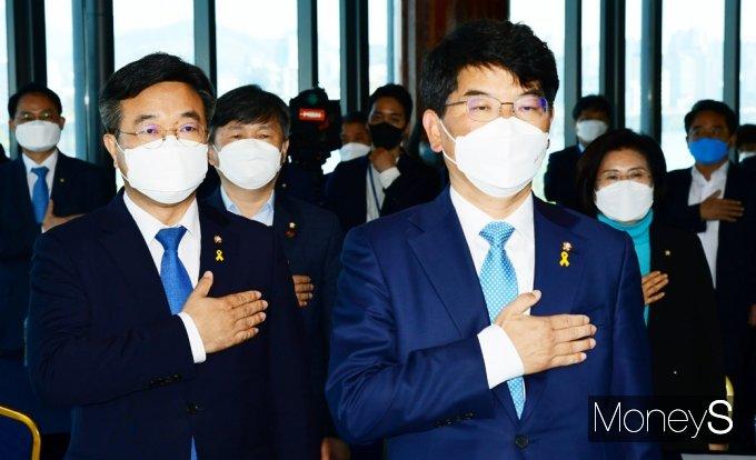 [머니S포토] 더민초 초청 토론회, 국민의례하는 윤호중과 박완주