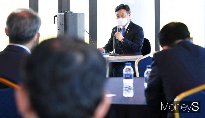 [머니S포토] 與 초선 의원들 만난 '윤호중'