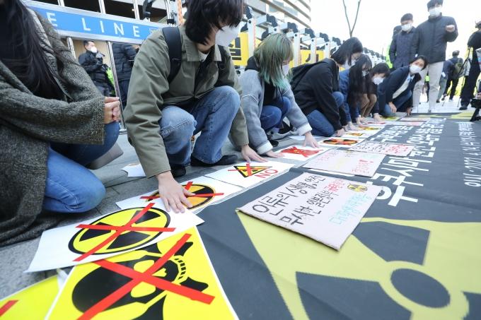 원자력안전위원회가 일본 원자력규제위원회에 후쿠시마 원전 오염수의 해양 방출 방침에 대한 객관적이고 독립적인 심사를 촉구했다. 사진은 14일 오전 서울 종로구 일본대사관 앞에서 대학생기후행동 관계자들이 기자회견을 열고 후쿠시마 원전 오염수 방출을 규탄하는 퍼포먼스를 펼치고 있는 모습. /사진=뉴스1