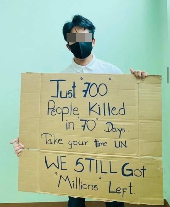 미얀마에서 한 청년이 UN의 소극적인 태도를 비판하는 피켓 시위를 벌여 화제다. /사진=인스타그램