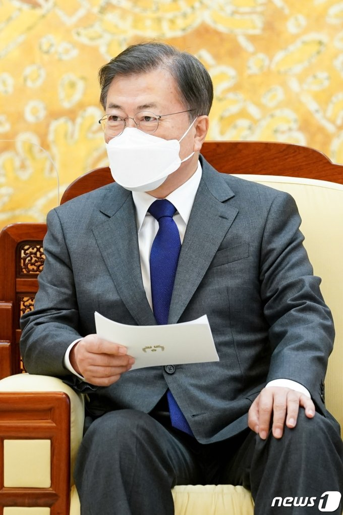 """문 대통령, 일본 대사에 이례적 메시지 전달…""""우려 크다"""""""
