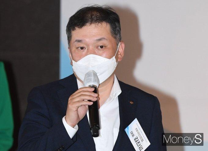 [머니S포토] 2030 무공해차 전환100 선언식 참석한 김진영 KB국민은행 대표