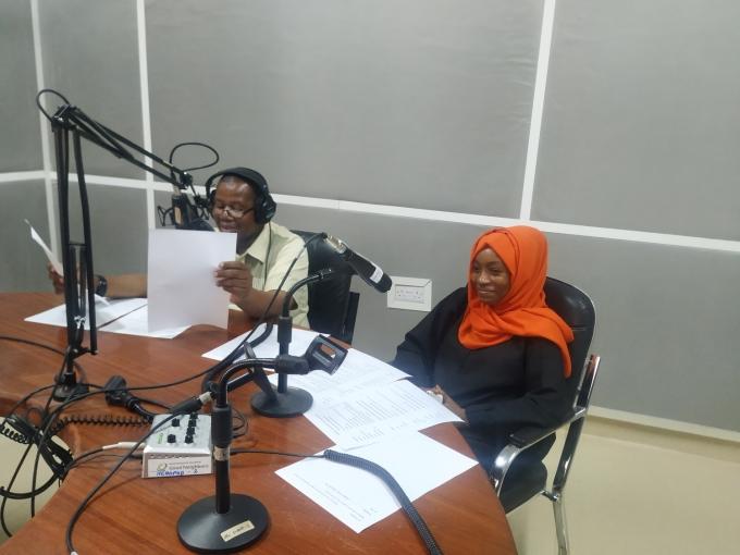 코이카가 기지원한 탄자니아 잔지바르 지역의 국영 라디오 방송국에서 지역 교사들이 학생들을 위한 교육 프로그램을 녹음하고 있다. /사진=코이카