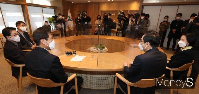 [머니S포토] 오세훈 시장 '서울시구청장협의회 임원진들과 함께'