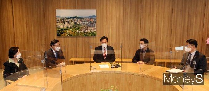[머니S포토] 서울시구청장협의회 임원진 면담하는 오세훈 시장