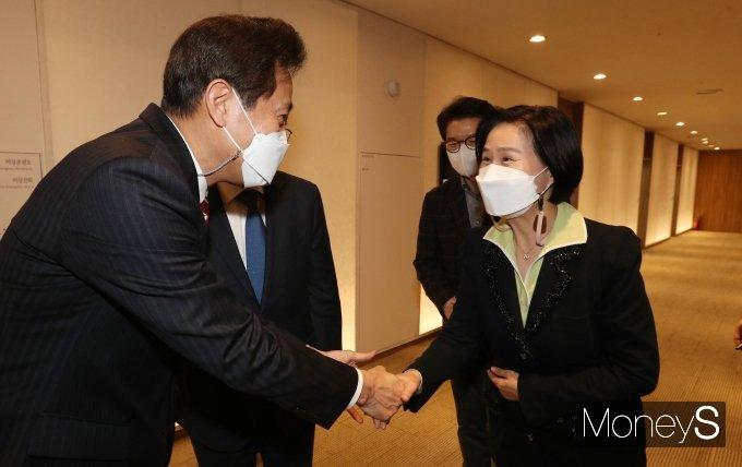 [머니S포토] 악수하는 오세훈 서울시장과 김수영 양천구청장