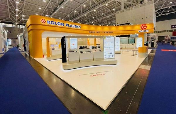 코오롱플라스틱이 13일 중국 선전에서 열린 '차이나플라스 2021'에서 전기차와 수소차 향 핵심 소재들을 전시하고 있다. /사진=코오롱