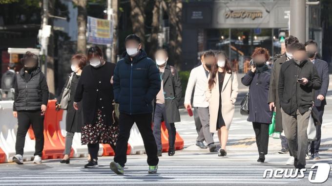 목요일인 15일 아침도 쌀쌀할 것으로 보인다. 사진은 14일 오전 서울 세종대로 사거리에서 출근길 시민들이 발걸음을 재촉하는 모습. /사진=뉴스1