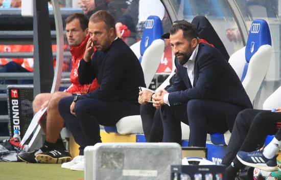 바이에른 뮌헨 한지 플릭 감독(가운데)과 하산 살리하미치치 스포츠 이사(오른쪽)가 소속팀의 리그 경기를 벤치에서 지켜보고 있다. /사진=로이터