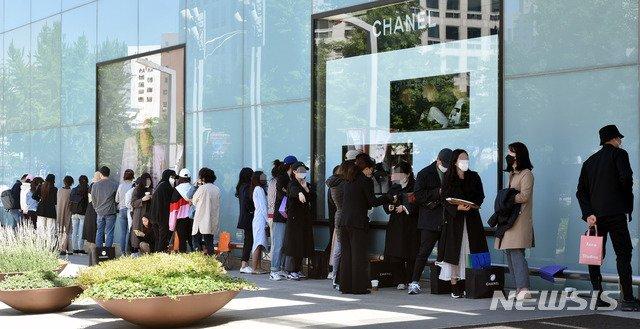한국에서 9300억 벌어간 샤넬… 기부금은 '쥐꼬리'