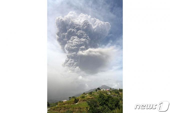 카리브해 세인트빈센트섬에 위치한 수프리에르 화산이 40여 년 만에 폭발해 화산재과 연기가 6000미터까지 치솟고 있다. © AFP=뉴스1 © News1 우동명 기자