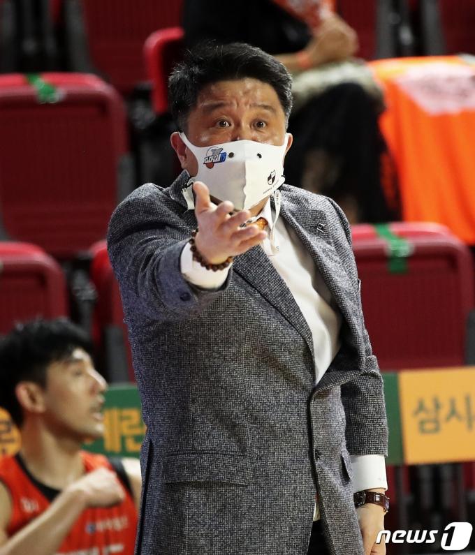 [사진] 항의하는 유도훈 감독