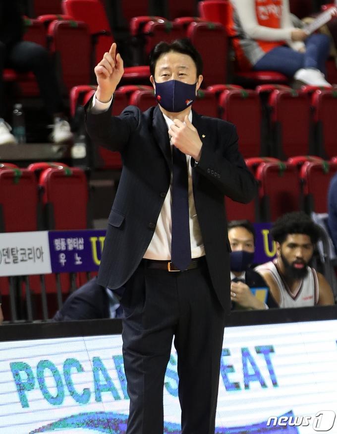 [사진] 작전 지시하는 강을준 오리온 감독