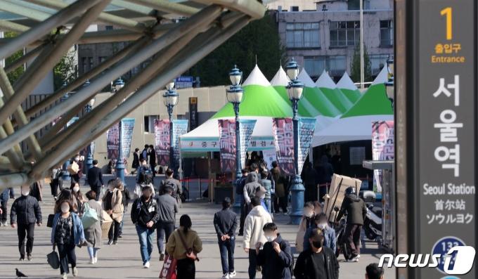 14일 서울역 광장에 마련된 중구 임시 선별진료소에서 시민들이 검체검사 순서를 기다리고 있다./뉴스1 © News1 이동해 기자