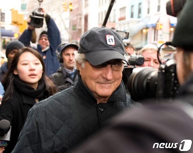 2008년 뉴욕시 렉싱턴애비뉴를 걸어 집으로 가고 있는 버니 메이도프 <자료 사진>  © AFP=뉴스1
