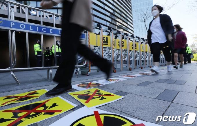 지난 14일 오전 서울 종로구 일본대사관 앞에 대학생기후행동 관계자들이 붙여 놓은 후쿠시마 원전 오염수 방출 규탄 피켓 위로 시민들이 지나고 있다./뉴스1 © News1 임세영 기자