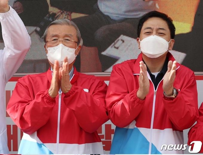 김종인 전 국민의힘 비상대책위원장(왼쪽)과 금태섭 전 더불어민주당 의원. © 뉴스1