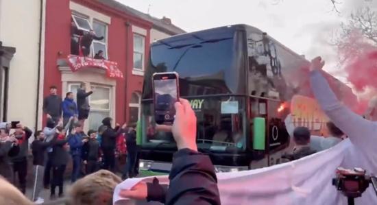 레알 마드리드 선수단 버스가 15일(한국시각) 리버풀과의 챔피언스리그 8강 2차전 원정경기를 위해 경기장에 들어서고 있다. /사진=로이터