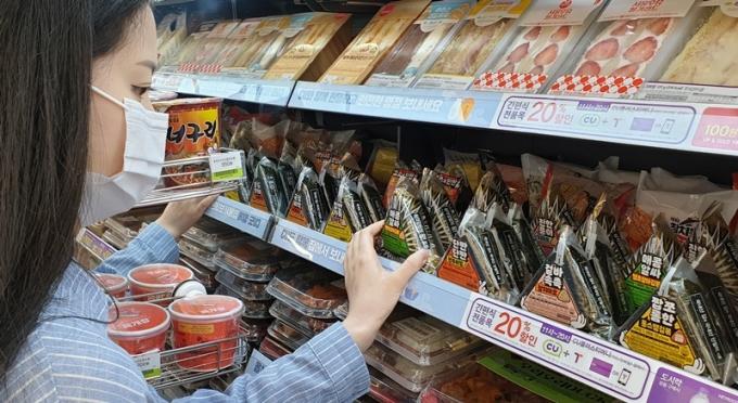 CU는 새학기가 시작된 지난 3월 간편식품의 매출을 분석한 결과 삼각김밥이 가장 높은 매출 신장률을 기록했다고 15일 밝혔다. /사진=BGF리테일