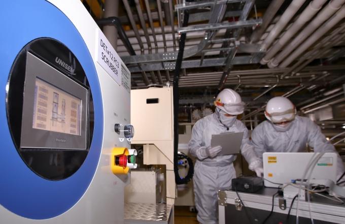 LG디스플레이 파주 공장에 설치된 온실가스 감축설비를 통해 배출되는 온실가스량을 직원들이 모니터링하고 있다. / 사진=LG디스플레이