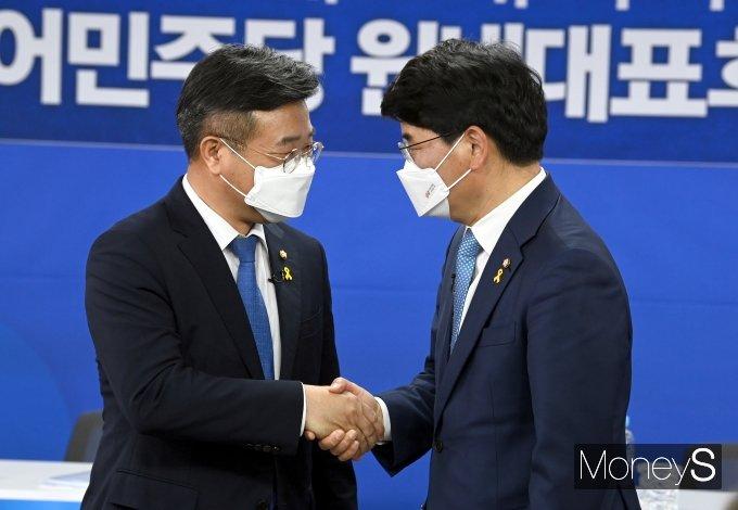 [머니S포토] 합동토론회 앞서 악수하는 윤호중·박완주